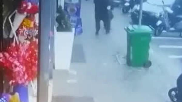 Bimba ferita a piazza Nazionale: video del killer in azione