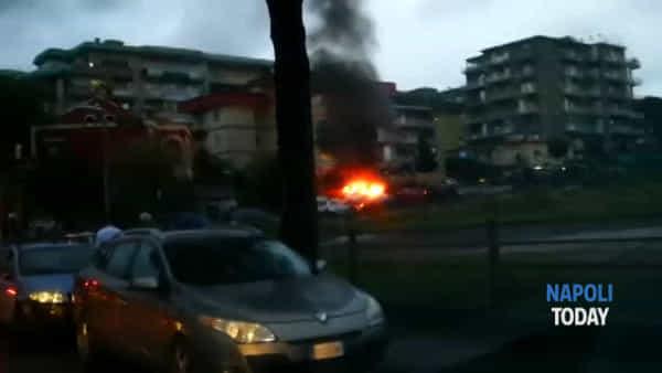 Incendio ad Ercolano: auto va in fiamme|VIDEO
