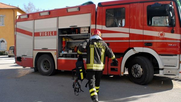Incendio davanti alla pizzeria: in fiamme quattro scooter