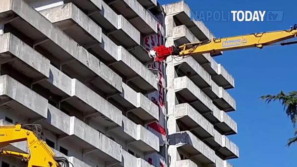 Scampia, via alle operazioni di demolizione della Vela verde | VIDEO