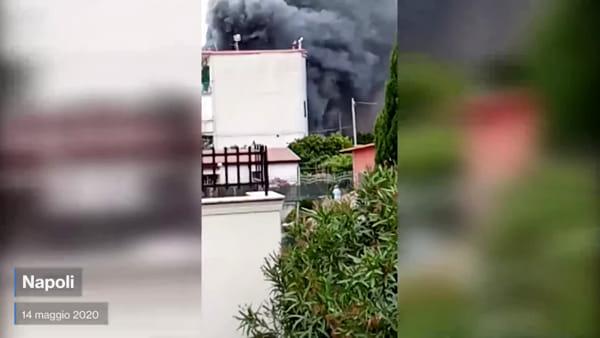 Incendio Soccavo, una nube nera avvolge il quartiere