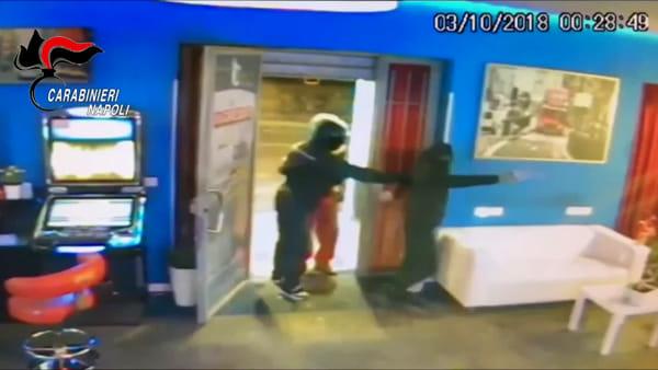 Una parrucchiera individuava le vittime tra i clienti, la banda razziava gli appartamenti