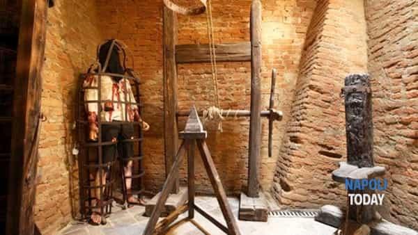 streghe a napoli: museo delle torture, janare e patti diabolici.-4