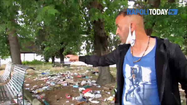 "Clochard tra i rifiuti di fronte al Cardarelli: ""Nessuno pulisce da mesi, aiutatemi"""