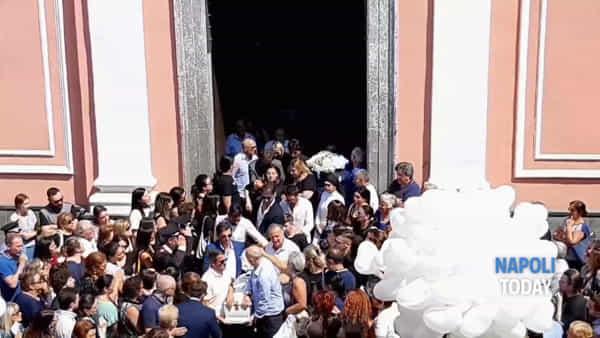 Funerali di Ginevra, l'uscita della bara tra gli applausi | VIDEO