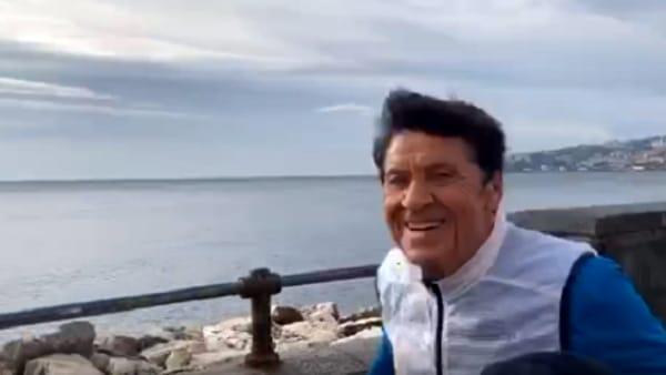 Gianni Morandi a Napoli, la corsa tra le strade della città