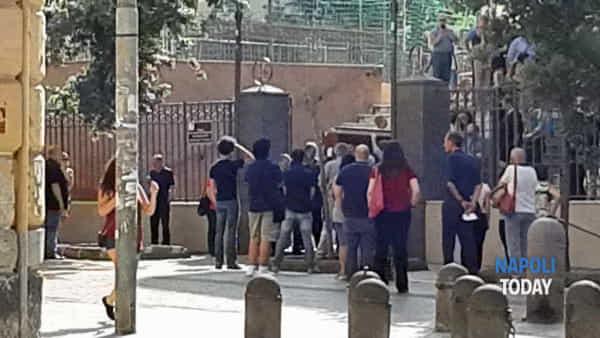 Funerali professore suicida: l'uscita della bara dalla chiesa | VIDEO