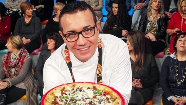 Sorbillo insegna a fare la pizza fritta (VIDEO)