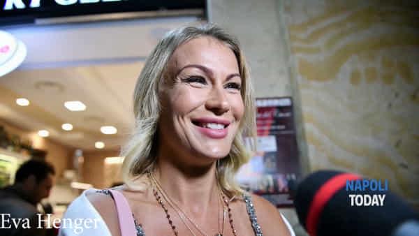 """Eva Henger a Napoli: """"La cosa che mi piace di più? La mozzarella"""""""