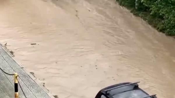 Allarme maltempo, strada sommersa dal fango|VIDEO