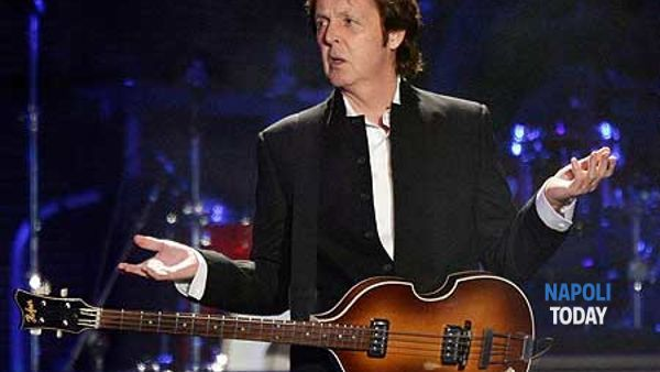 Paul McCartney in concerto in piazza del Plebiscito a Napoli