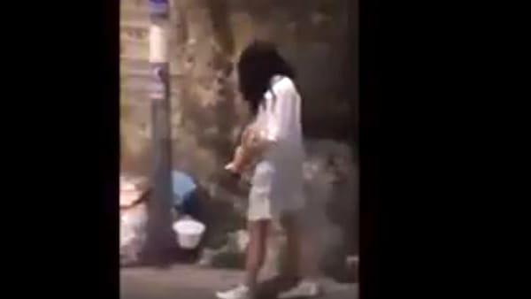 Samara in giro per Napoli: le reazioni dei passanti | VIDEO