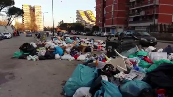 Scampia, i rifiuti restano in strada
