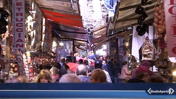 A San Gregorio Armeno è già Natale: turisti incantati affollano le strade dei pastori