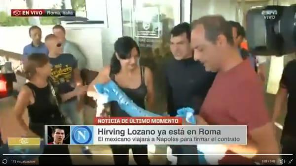 Lozano è atterrato a Roma: tifosi del Napoli ad attenderlo | VIDEO