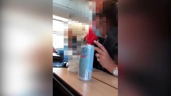 """""""Devi mettere la mascherina"""". Furiosa lite sul treno (VIDEO)"""