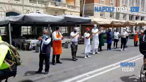 Riaprono i ristoranti a Napoli: lungo applauso sul lungomare|VIDEO