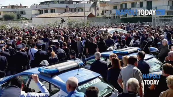 Funerali di Pierluigi Rotta, commozione e silenzio all'uscita della bara
