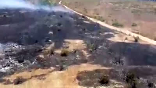 In fiamme la colmata a mare di Bagnoli | VIDEO
