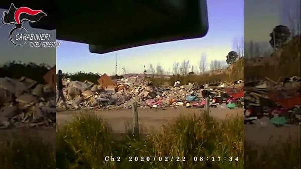 Appicca il fuoco ai rifiuti speciali: inchiodato dalle telecamere