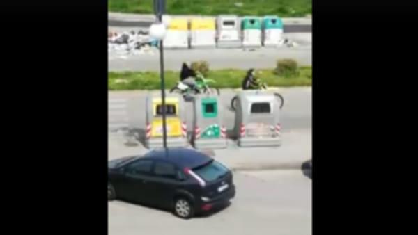Gare clandestine di moto a Scampia durante l'emergenza Covid-19 | VIDEO