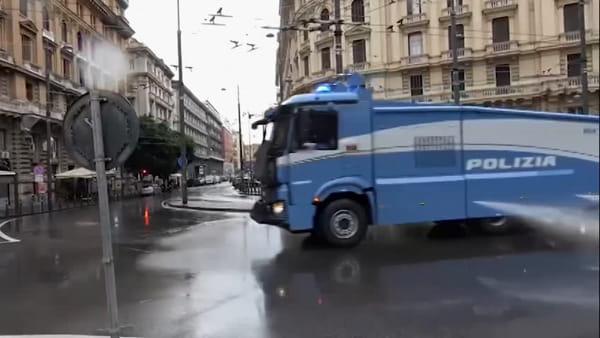 Coronavirus, a Napoli sanificazioni con gli idranti della Polizia (VIDEO)