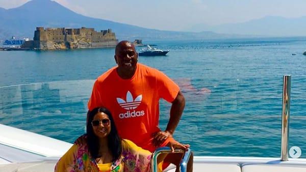 Magic Johnson in vacanza nel Golfo di Napoli: le foto fanno il giro dei social