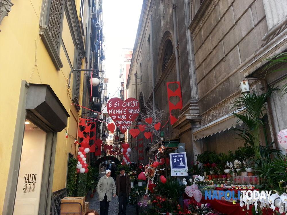 San Valentino: cuori a vico Santa Maria delle Grazie a Toledo